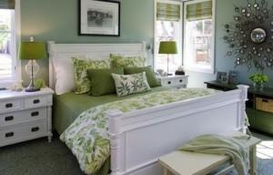 Шторы зеленого цвета в спальной