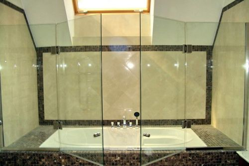 Стеклянные шторы для ванной, делаем выбор