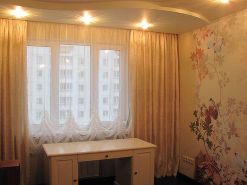 Kort gardiner i stuen foto
