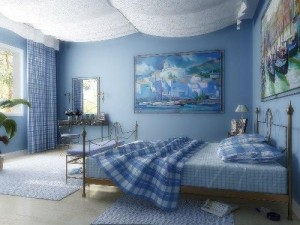 Голубые шторы в интерьере комнаты