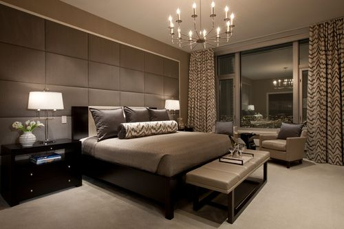 Серый и коричневый тюль на окнах в интерьере комнат