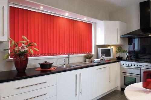 Красные жалюзи на кухню