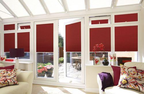 Применяем красные жалюзи в интерьере квартиры