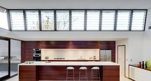 Кухня с прозрачными жалюзи