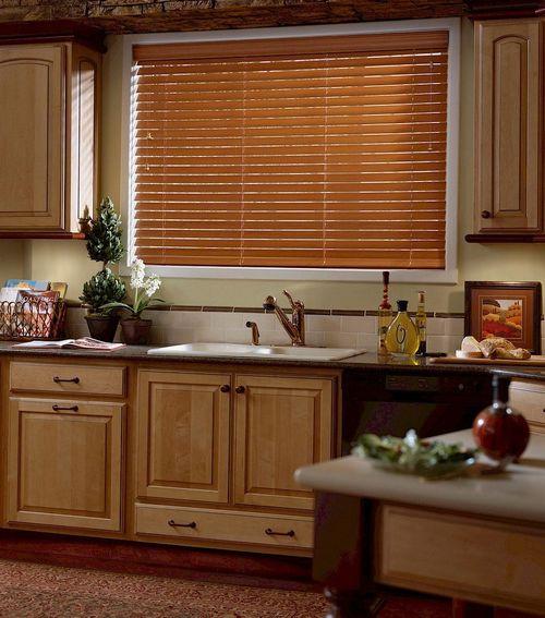 Окна на кухне с коричневыми жалюзи