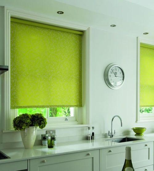 Открытые зеленые шторы на кухне